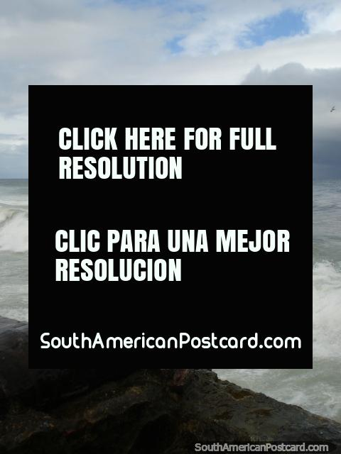 O velho cânone enferrujado indica ao mar na Porto Colômbia. (480x640px). Venezuela, América do Sul.