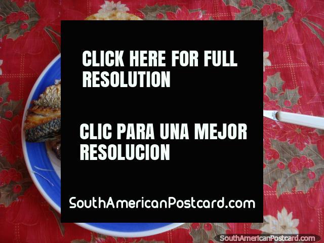 Pescado fresco y un arepa para almuerzo en La Restinga en Isla Margarita. (640x480px). Venezuela, Sudamerica.