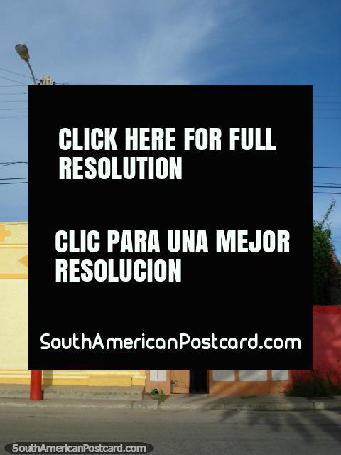 Casas coloreadas de amarillo, naranja y blanco en Boca de Rio, Isla Margarita. (480x640px). Venezuela, Sudamerica.