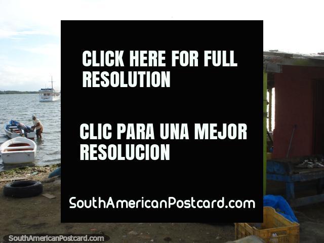 Un cobertizo de procesamiento de pescado en la orilla en el pueblo de pescadores de Boca de Rio, Isla Margarita. (640x480px). Venezuela, Sudamerica.