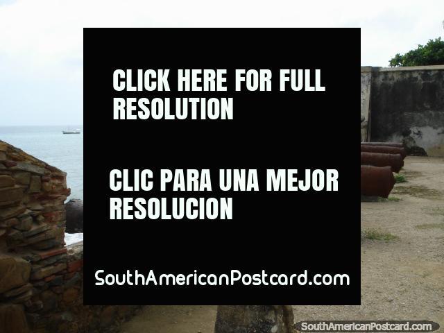 Viejo cañón oxidado todos en fila en el castillo Pampatar por el mar, Isla Margarita. (640x480px). Venezuela, Sudamerica.