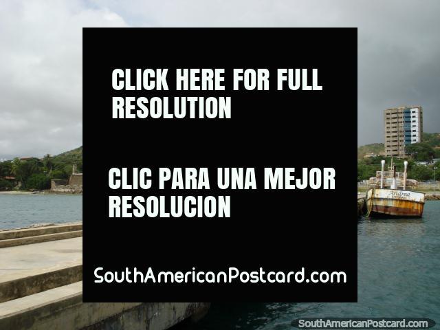 A partir del final del embarcadero que mira hacia el castillo y colinas en Pampatar, Isla Margarita. (640x480px). Venezuela, Sudamerica.