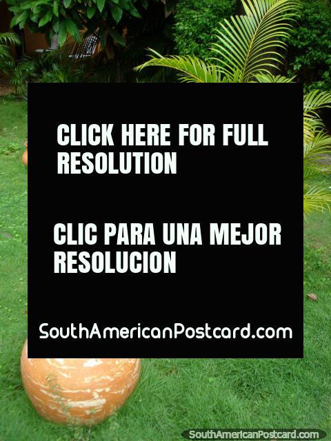 Potes de cerámica en el jardín en el museo en La Asuncion, Isla Margarita. (480x640px). Venezuela, Sudamerica.