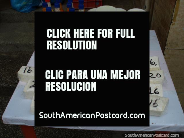 Bloques de queso blanco a precios diferentes de venta en la calle en Juan Griego, Isla Margarita. (640x480px). Venezuela, Sudamerica.