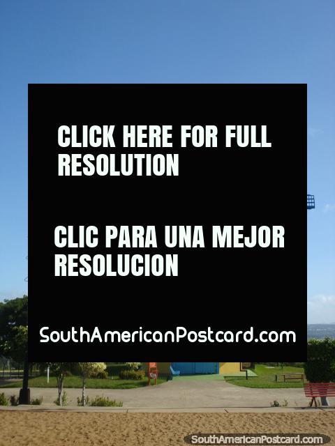 O moinho de vento vermelho em Parque La Navidad em Cidade Guayana. (480x640px). Venezuela, América do Sul.