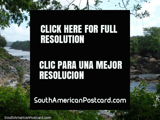 O leito fluvial rochoso de Rio Caroni examina de Parque Cachamay, Cidade Guayana. (640x480px). Venezuela, América do Sul.