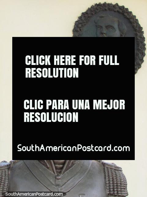 Um busto de um homem importante em frente Museu de Urdaneta em Maracaibo. (480x640px). Venezuela, América do Sul.