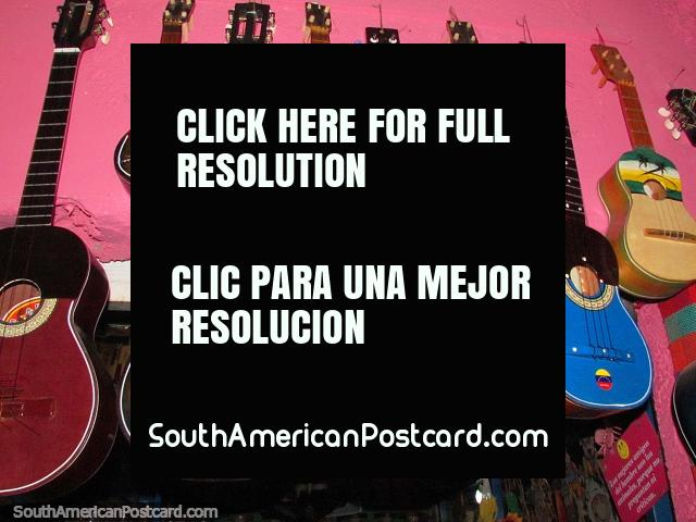 Violões e guitarras havaianas de venda em El Tintorero. (640x480px). Venezuela, América do Sul.