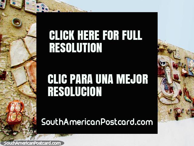 Um grande 3o mural existente ao ar livre com várias objetos anexados, El Tintorero. (640x480px). Venezuela, América do Sul.