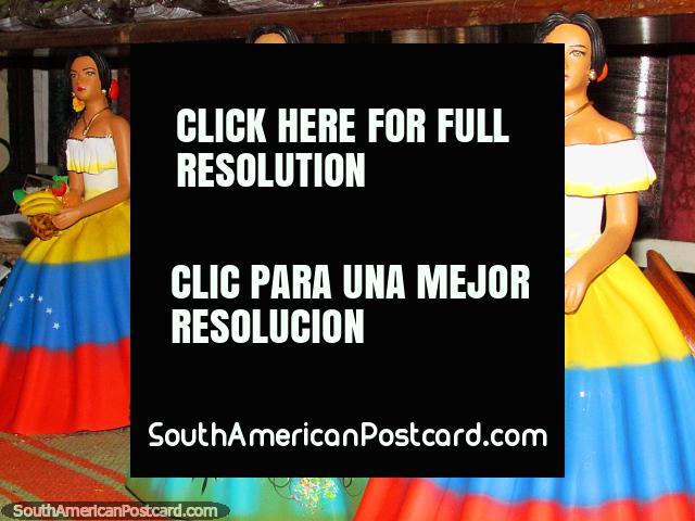 Figuras femeniñas en vestidos vistosos para poner el anaquel en una tienda del El Tintorero. (640x480px). Venezuela, Sudamerica.