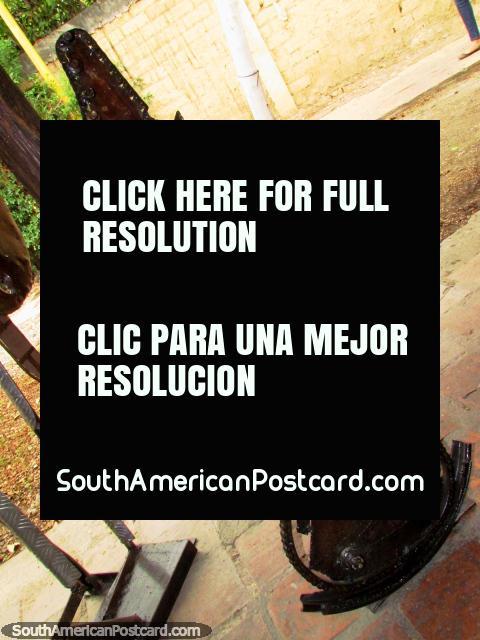 Una guitarra hecha de una cadena de la bicicleta y otros trozos, sólo para mirar, El Tintorero. (480x640px). Venezuela, Sudamerica.