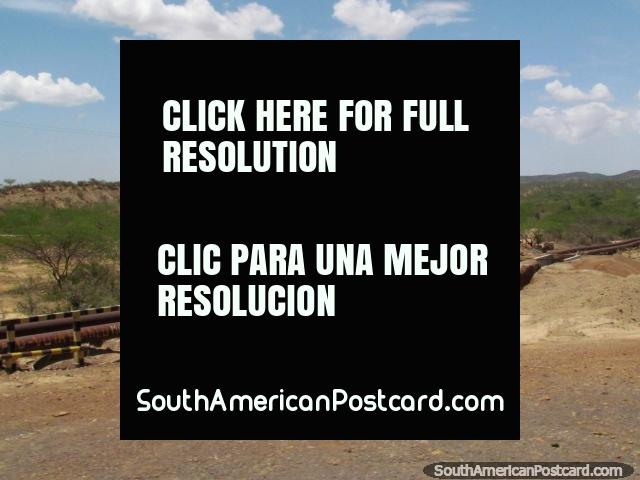 Os oleodutos de óleo espalham o terreno entre Dabajuro e Coro. (640x480px). Venezuela, América do Sul.