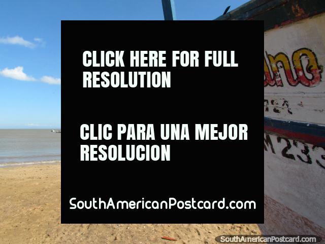 Un barco de pesca en la arena indica a otros barcos de pesca en el agua en el La Vela de Coro. (640x480px). Venezuela, Sudamerica.