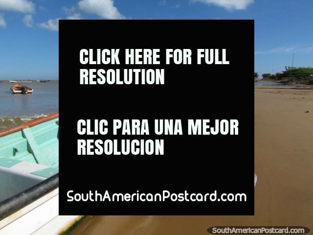 Una mañana tranquila en la playa en La Vela de Coro, barcos de pesca en la arena, nadie alrededor. (640x480px). Venezuela, Sudamerica.