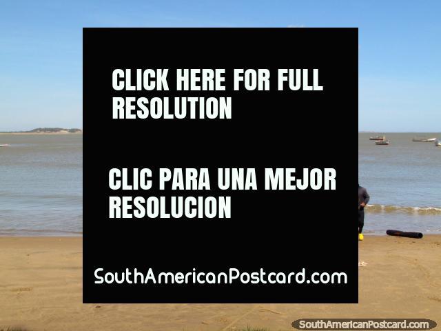 Unos pescadores devuelven una cogida a la playa en el La Vela de Coro. (640x480px). Venezuela, Sudamerica.