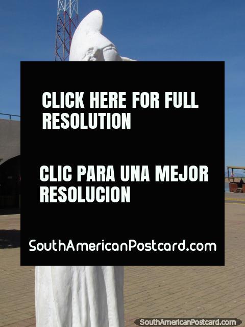 Estatua blanca de una mujer fuera de la iglesia en La Vela de Coro. (480x640px). Venezuela, Sudamerica.