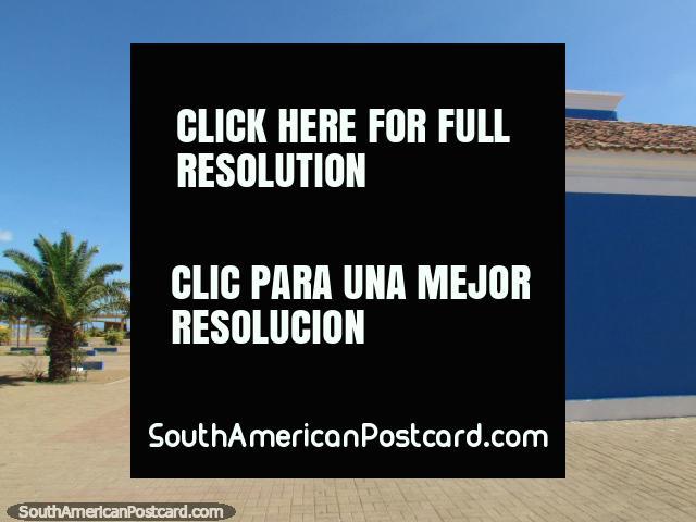 La iglesia azul y blanca ordenada detrás de la playa en La Vela de Coro. (640x480px). Venezuela, Sudamerica.