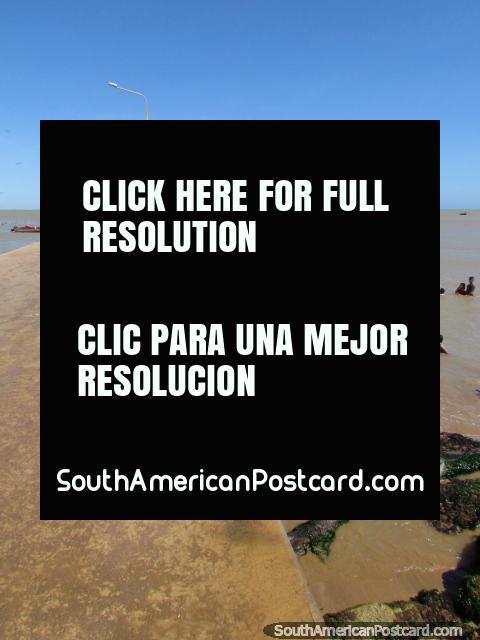 Los niños brincan del embarcadero a la costa caliente en el La Vela de Coro, cerca de Coro. (480x640px). Venezuela, Sudamerica.