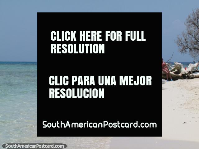 O oceano encontra a areia branca pura no Cajo Sombreiro, Parque Nacional Morrocoy. (640x480px). Venezuela, América do Sul.