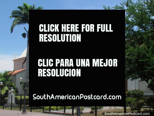 Cúpula, palmeira e monumento junto de Praça Bolivar em Barquisimeto. (640x480px). Venezuela, América do Sul.