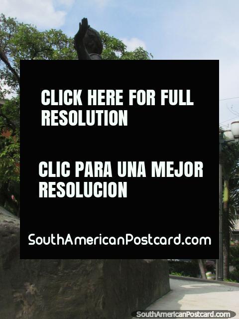 Monumento de bronze, mulher e criança em Praça La Burrita em Acarigua. (480x640px). Venezuela, América do Sul.