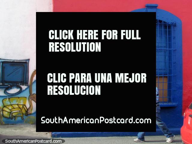 Fachada rosa e azul de um velho edifïcio em Acarigua. (640x480px). Venezuela, América do Sul.