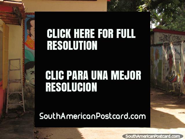 Simon Bolivar, Che Guevara y otro hombre representados en el arte de la pared en una escuela en Barinas. (640x480px). Venezuela, Sudamerica.