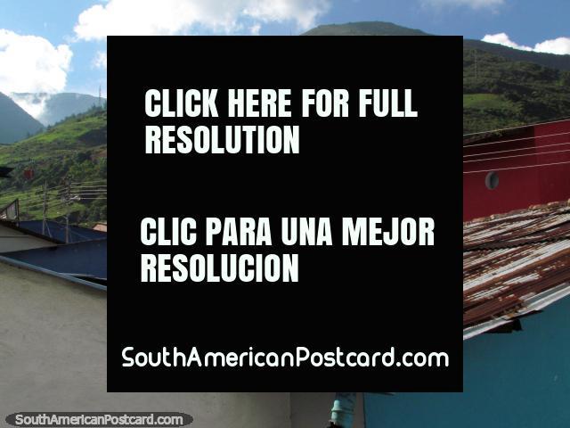 Montanhas acima dos telhados em Santo Domingo. (640x480px). Venezuela, América do Sul.