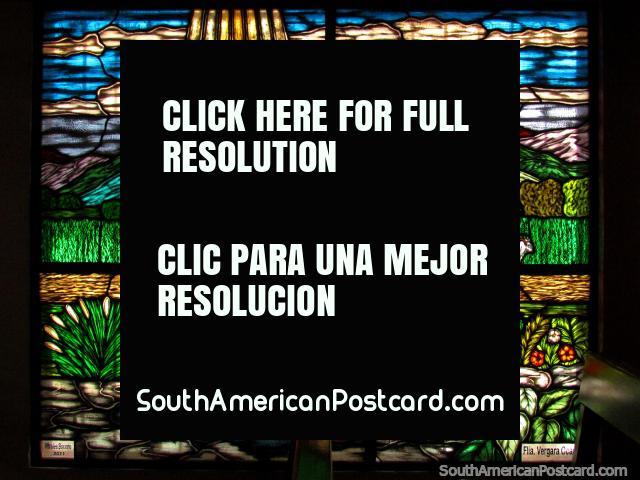El hombre se arrodilla en su vidriera de colores de la granja en la Capilla de San Benito en Timotes. (640x480px). Venezuela, Sudamerica.